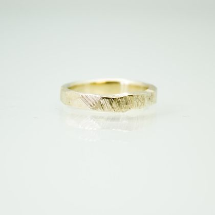 Narrow Bark Ring in 14ct yellow gold